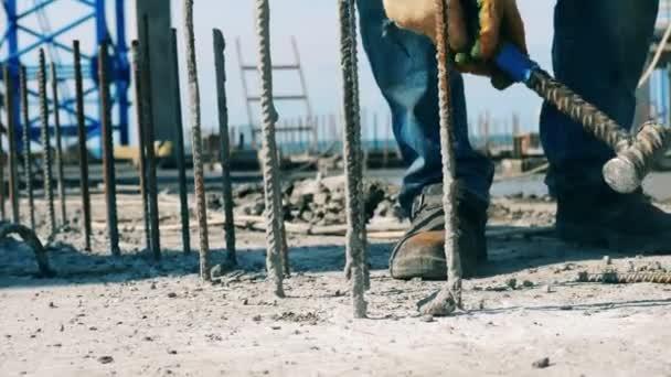 A cementet a munkás kalapálja a szárból.