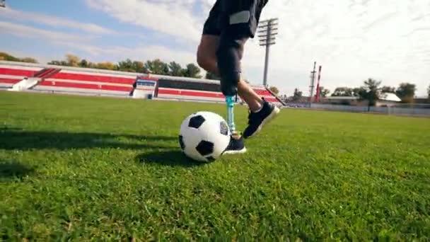 Paralympics-Teilnehmer spielt Fußball in Zeitlupe