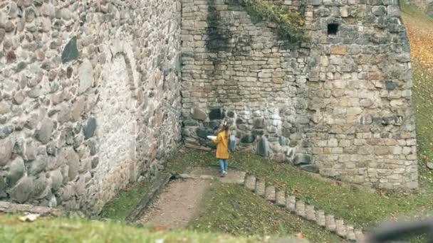 Starověká zeď se ženou kolem sebe
