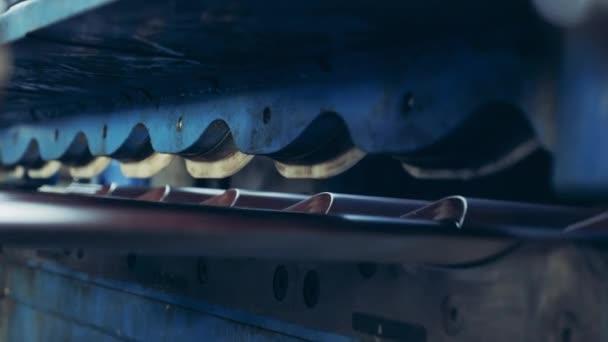 Detailní záběr kovových pásů mechanicky řezaných