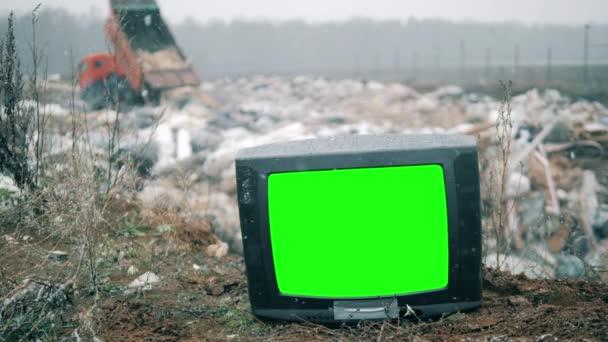 Törött TV-t dobtak egy szeméttelepre..