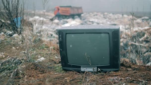 Régi TV egy szeméttelepen télen.
