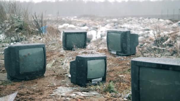 Sok régi TV egy szeméttelepen.