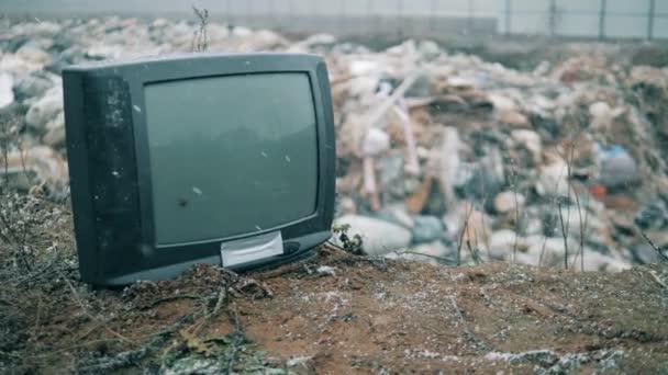 Fekete TV a szeméttelepen.