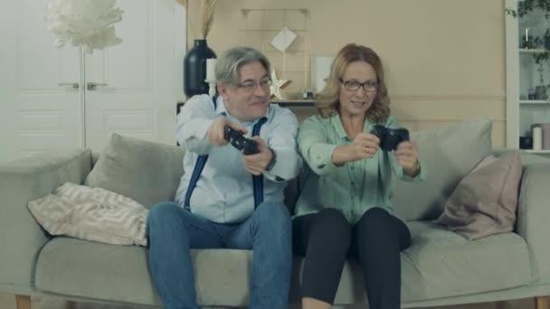 A nagyszülők videojátékot játszanak a nappaliban.