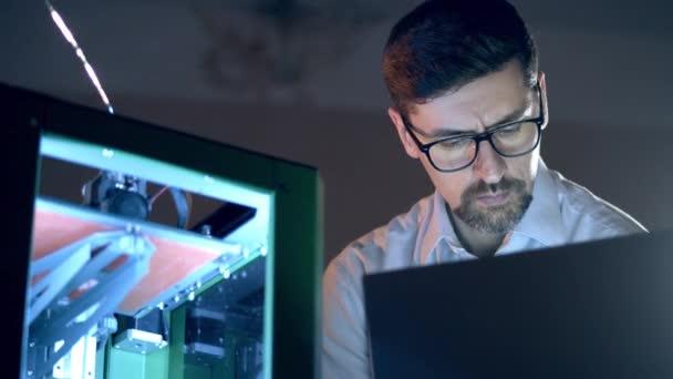 Männlicher Ingenieur arbeitet mit 3D-Drucker. Ingenieur der 3D-Druckindustrie arbeitet im 3D-Drucklabor.