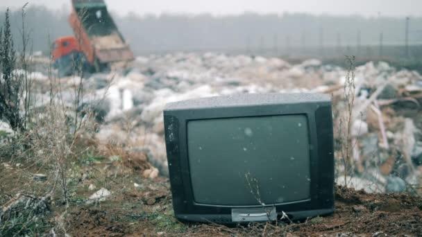 Kikapcsolt TV a havas hulladéklerakóban