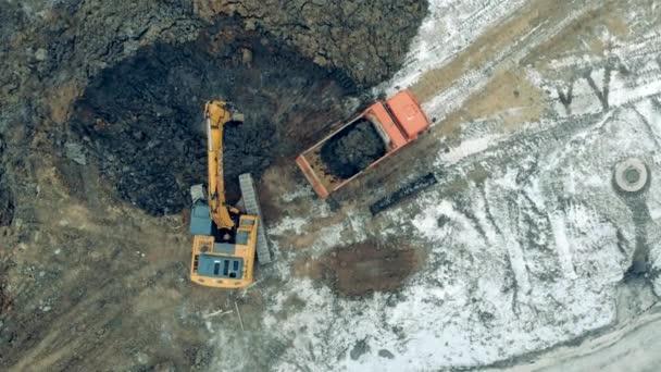 Průmyslový kopáč hloubí půdu v horním pohledu
