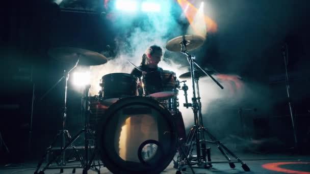 Zkušební studio s mužem hrajícím na bicí