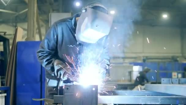 Profesionální svářečka Pracuje v továrně. Svařovací technik v bezpečnostním opotřebení při práci v továrně