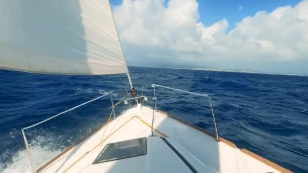 Egy hullámokon ringatózó vitorlás jármű orra. Jacht vitorlázás a tengeren.