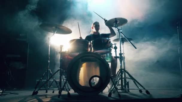 Hudebník cvičí s bicí soupravou ve studiu