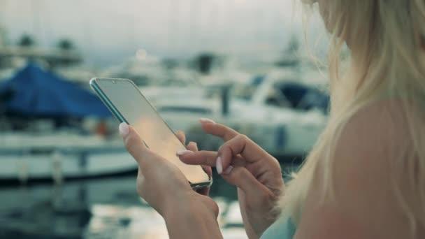 Žena turistické typy na svém smartphonu.