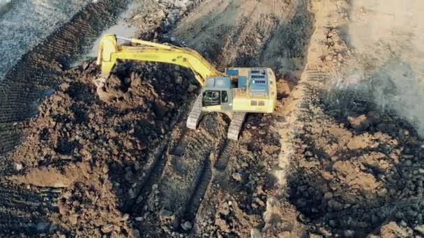 Schaufelmaschine greift und verlagert Boden