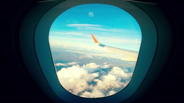 Blauer Himmel aus Flugzeugkabine gefilmt