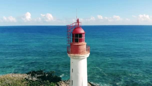 Leuchtturm liegt direkt am Meer
