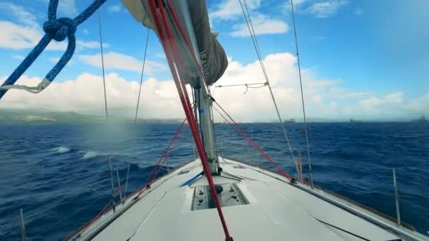 Plachetnice se houpe na vlnách při plavbě přes moře