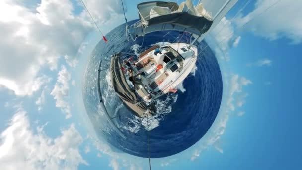 360 fokos panoráma egy sodródó jachtról és az óceánról