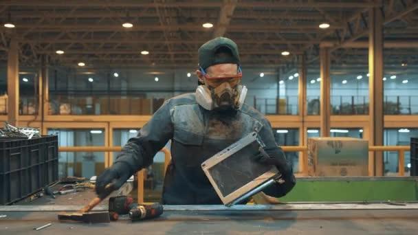 Mitarbeiter einer Recyclinganlage sortiert Wahlmüll.