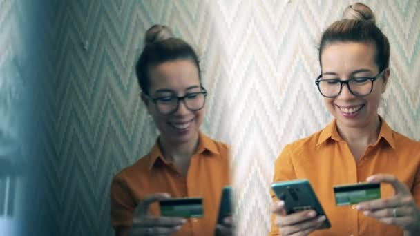 Fiatal nő mosolyog az online vásárlás során karantén.