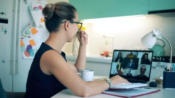 Mädchen spricht während Quarantäne per Videochat mit Kollegen.
