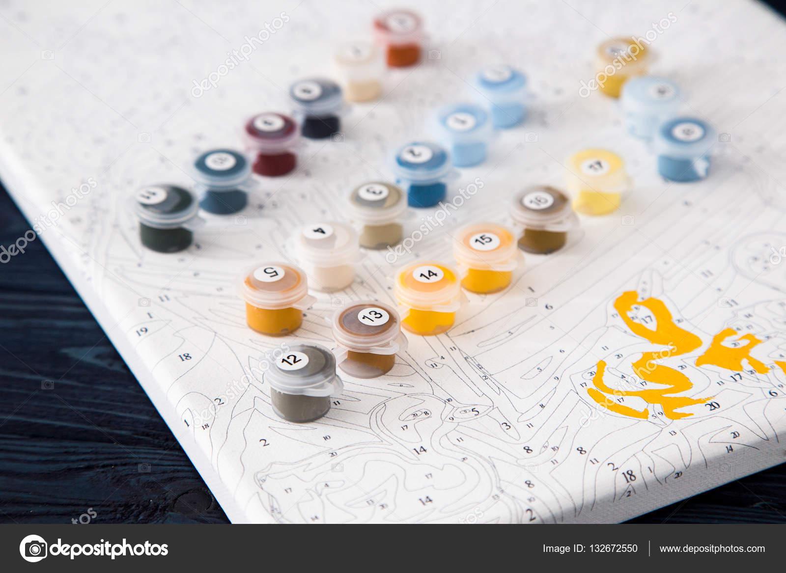 Aquarell und Färbung von Zahlen. Malerei auf Leinwand von Zahl ...