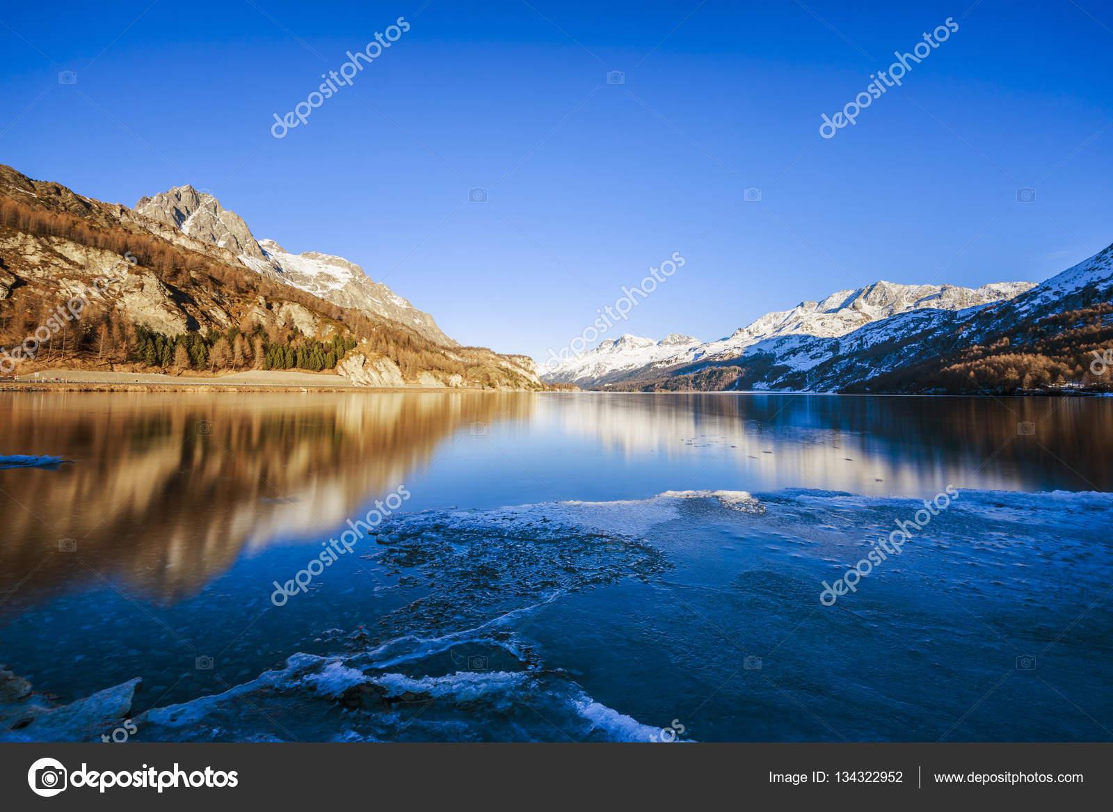 スイス連邦共和国でシルス湖 — ...
