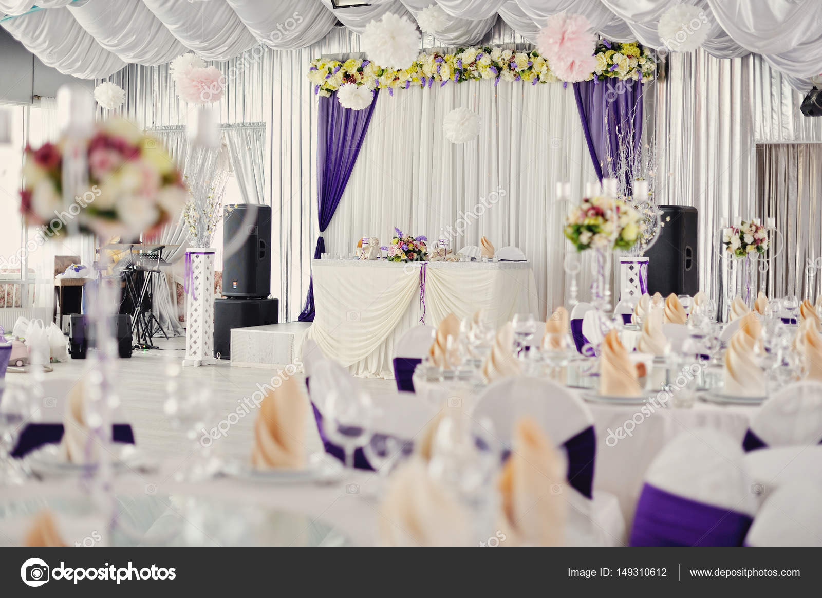 wedding decor in white and ink tones, decoration of the banquet ...