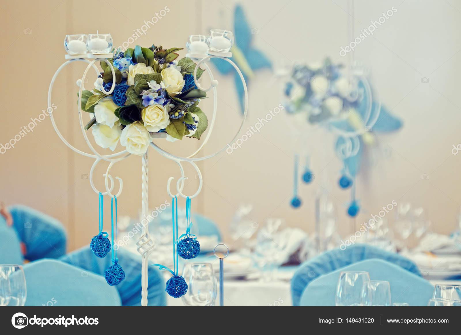 Composition De Fleurs Bleues Comme Ornement Sur Une Table De