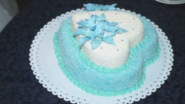 szív alakú esküvői torta Gyönyörű esküvői torta egy szív alakú — Stock Videó  szív alakú esküvői torta