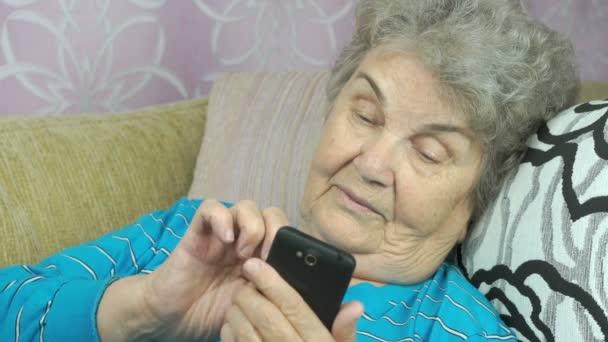 Ältere Frau mit Smartphone