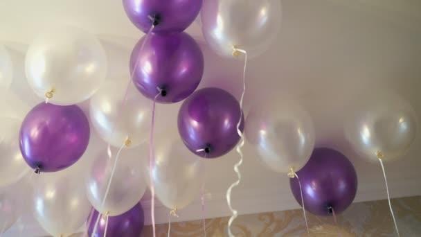 Bílé a fialové bubliny plovoucí na strop