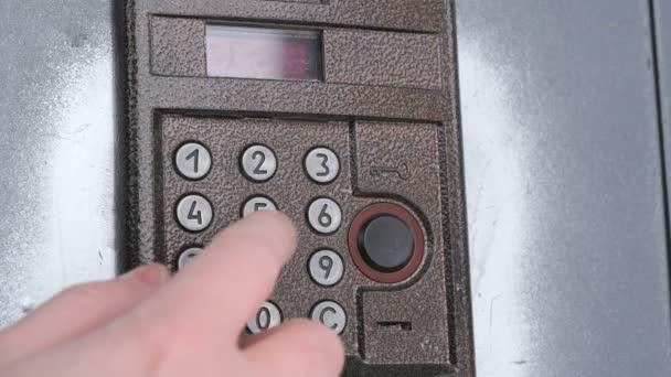 Person öffnet Tür mit einem numerischen Zugangscode