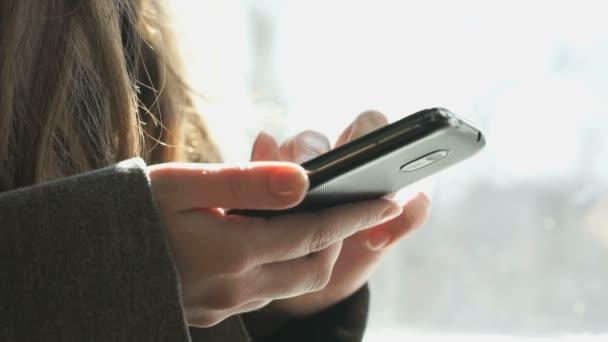 Lány keres információ használ a smartphone