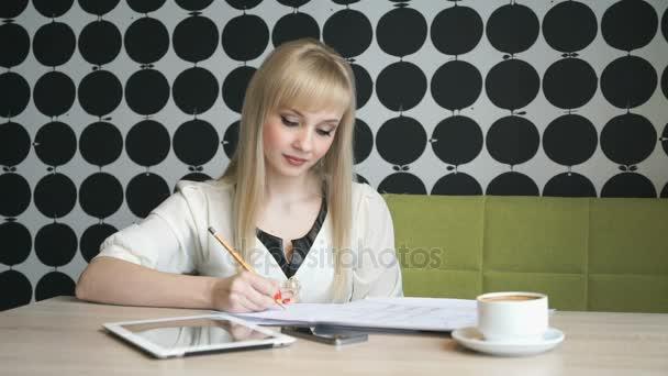 Lány ír fontos információ a napló