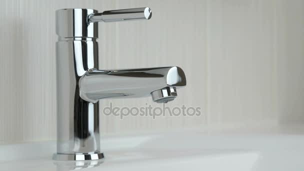 Kapky vody prosakuje vodovodní kohoutek