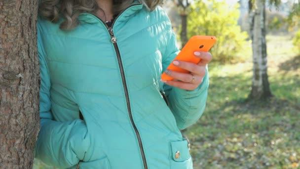 Dívka, její fotografie pomocí mobilního telefonu