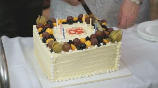 Coppia Sposata Tagliare La Torta A Dorata Di Matrimonio 50 Anni