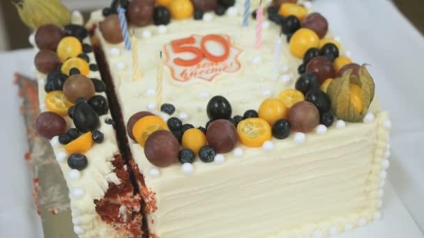 Torta Per La Dorata Di 50 Anni Di Matrimonio Chiuda In Su Video