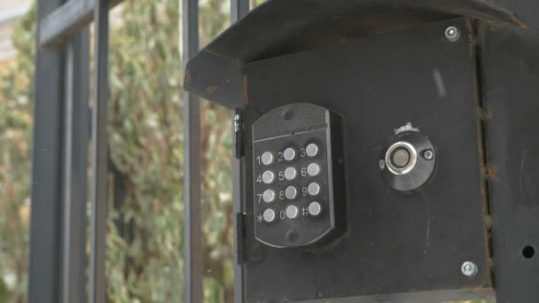 Person wählt die Nummer der Wohnung auf einem Türtelefon