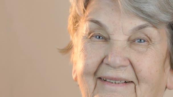 Portrét starší ženy, usmívající se