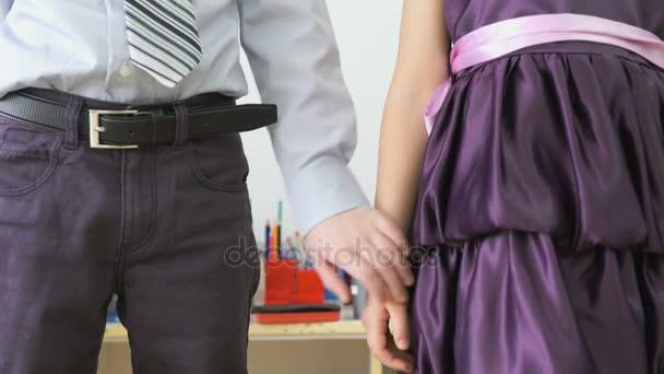 Kleine Jungen und Mädchen beim Händeschütteln im Kinderzimmer