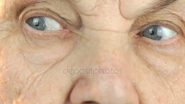 Zenske tvář s znepokojivé výrazem obličeje
