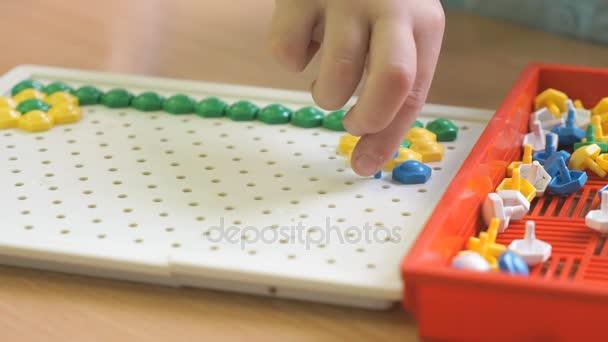 Kluk hraje intelektuální hru u stolu