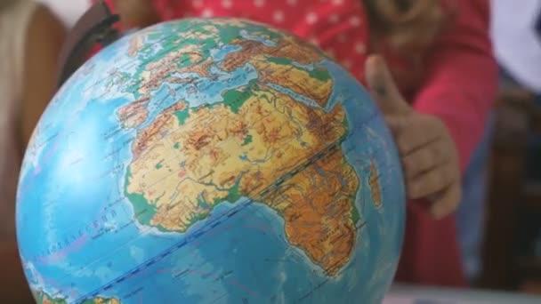 Óvodai lány forog a modell a föld a világ