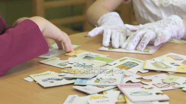 Děti hrají intelektuální hru sběru hádanky