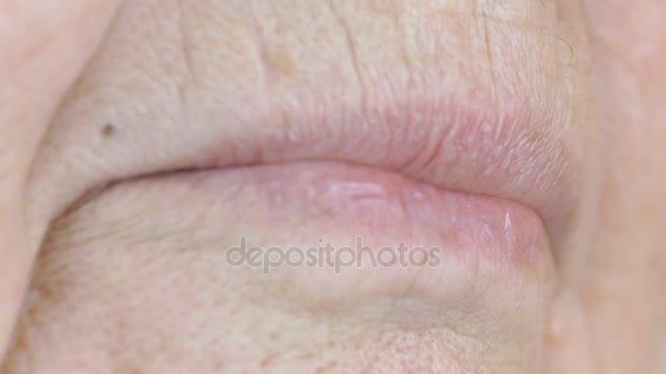 Mund einer älteren Frau mit falschen Zähnen