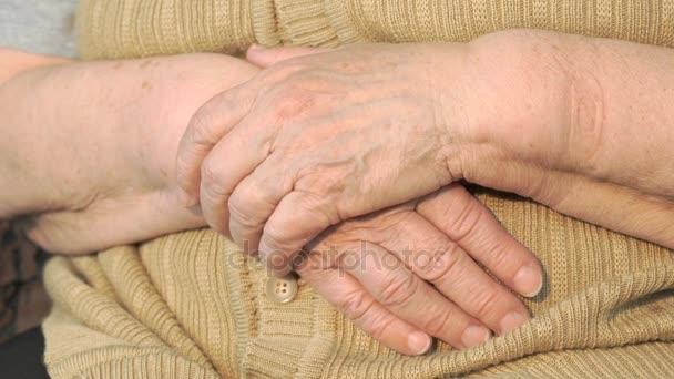 Stará žena ruku s vrásčitou kůži