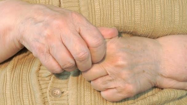 Starší žena dělá masáže jejich rukou