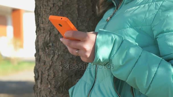 Dospívající dívka vypadá fotografie pomocí mobilního telefonu